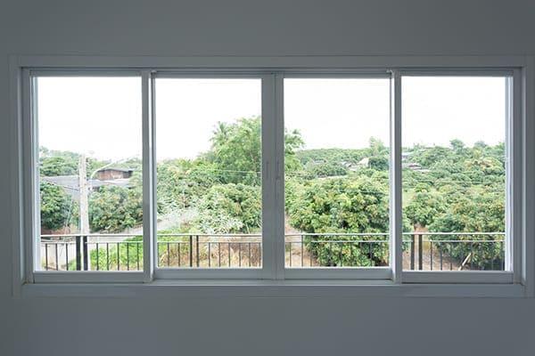 vier Fenster mit Blick nach draußen