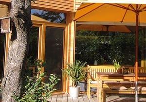 Terrasse mit Balkontür im Hintergrund