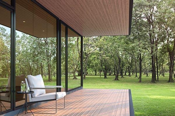 Modernes Haus mit großen Schiebefenster zur Terrasse.