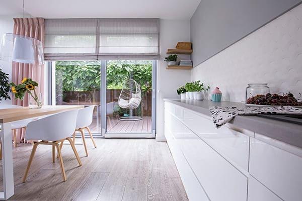 PAS-Terrassenfenster in grau mit moderner Küche.
