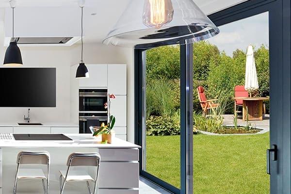 Offene moderne Küche mit schwarzer Schiebetür.