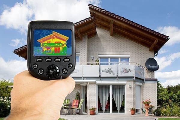Haus von außen mit Wärmebildkamera.
