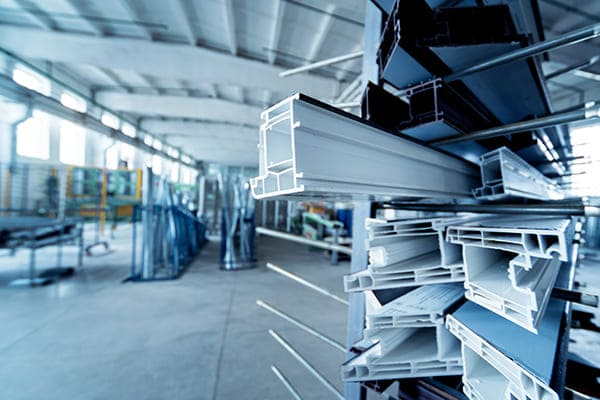 Kunstoffalu-Profile auf gestapelt in Produktionhalle