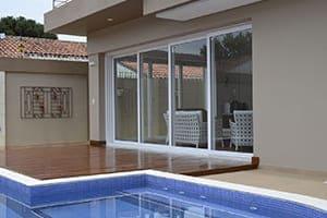 Vierflügeliges Fenster von außen gesehen modernes Haus mit Pool.