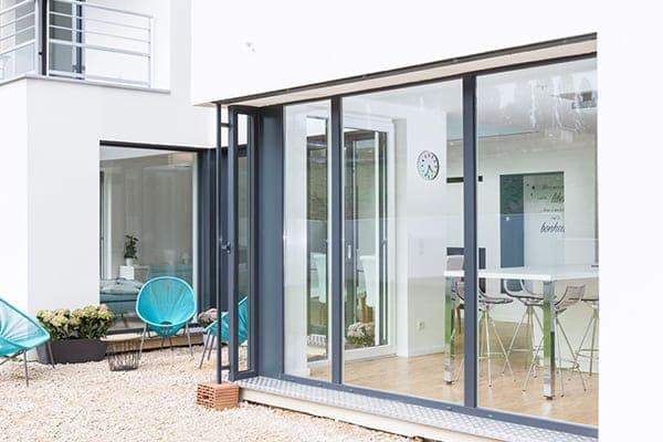 Raumhohe Festverglasungen mit Raffstore und Aluminium Fensterbank