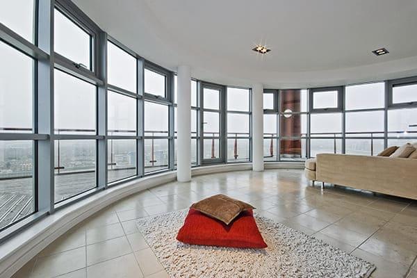Modernes Wohnzimmer mit runden Fensterflächen aus Aluminium.