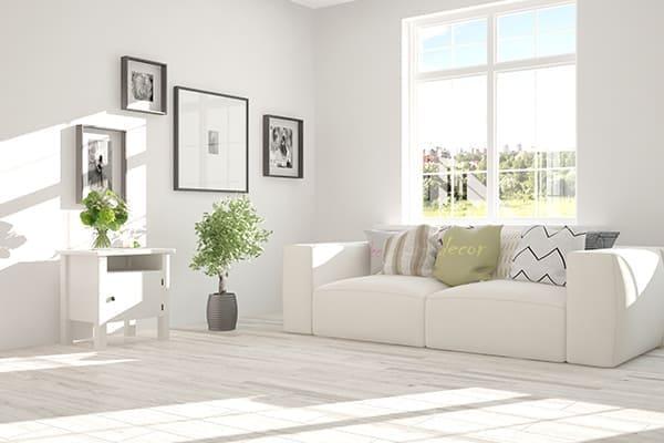 schönes helles Wohnzimmer mit großem Fenster.