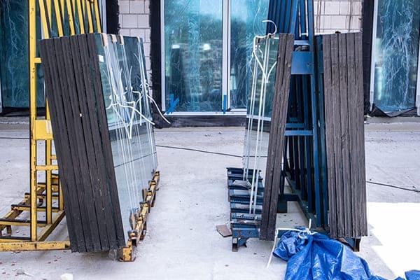 Glasscheiben stehen auf Glasbock vor Gebäude.
