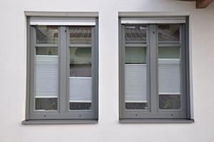 Zwei graue Fenster nebeneinander.