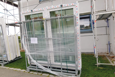 Fenster auf Fenstergestellen